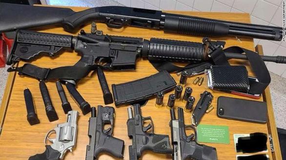 Mỹ: Phát hiện người nạp đạn, báo ngay cảnh sát bắt nghi phạm với 6 khẩu súng - Ảnh 1.