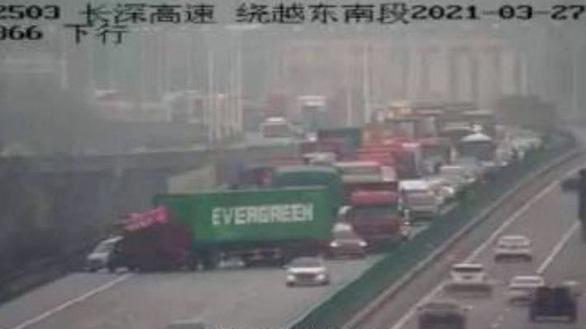 Dân mạng Trung Quốc sốt vì xe container Evergreen mắc kẹt trên cao tốc - Ảnh 1.