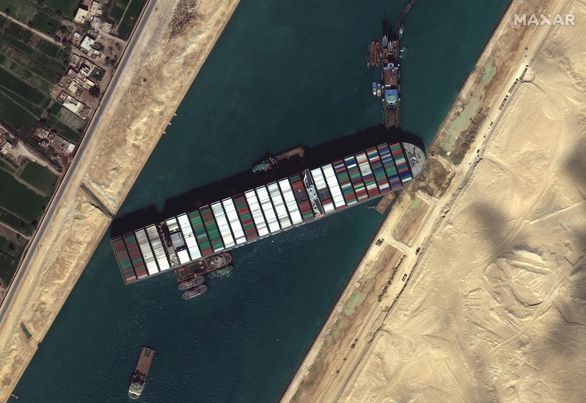 Ever Given không phải tàu đầu tiên mắc cạn ngang kênh đào Suez nhiều bất ổn - Ảnh 1.