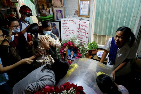 Reuters: An ninh Myanmar nổ súng cả vào người viếng tang - Ảnh 1.