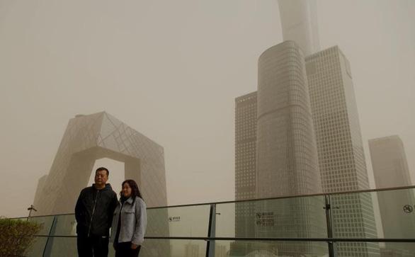 Bão cát vàng bao trùm Bắc Kinh, không khí ô nhiễm nghiêm trọng - Ảnh 1.