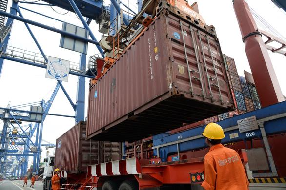 Tàu chắn ngang kênh Suez, doanh nghiệp Việt nín thở - Ảnh 2.