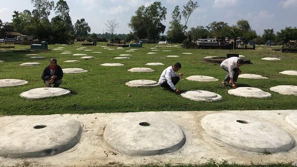 Cả làng cùng chăm 3.000 ngôi mộ - Ảnh 1.