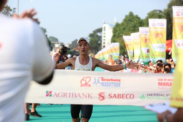 Hoàng Nguyên Thanh vô địch Tiền Phong marathon 2021, sát thành tích HCV SEA Games - Ảnh 1.