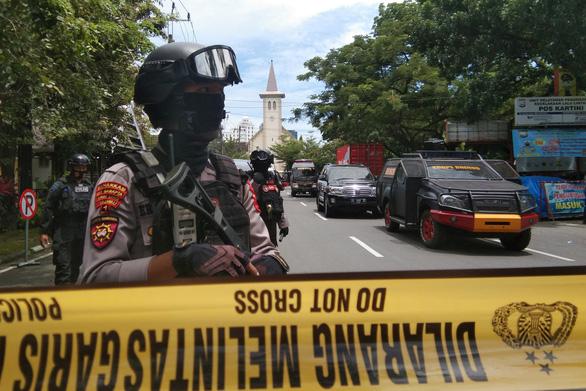 Đánh bom liều chết kinh hoàng một nhà thờ Công giáo ở Indonesia - Ảnh 1.