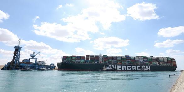 Tàu chắn ngang kênh Suez, doanh nghiệp Việt nín thở - Ảnh 1.