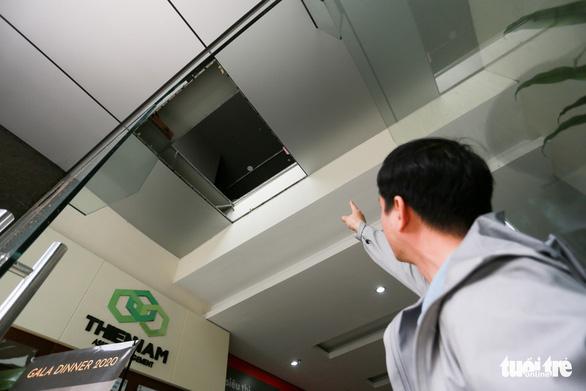 Bất ngờ vụ 2 người rơi từ tầng 2: Dân không biết chủ đầu tư cơi nới rồi cho thuê - Ảnh 1.