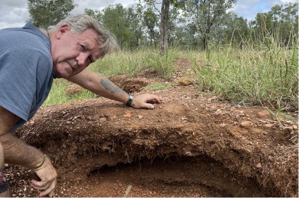 Lũ rút, lộ ra vô số lam ngọc ở thủ phủ sapphire thế giới, dân Úc ùn ùn đi đào - Ảnh 2.