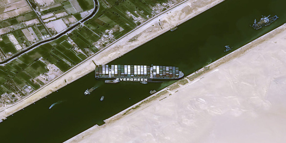 Đã tìm ra giải pháp cứu tàu Ever Given bị mắc kẹt ở kênh đào Suez? - Ảnh 1.