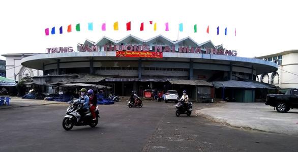 Tiểu thương chợ Đầm Tròn kiện UBND TP Nha Trang cắt điện - Ảnh 1.