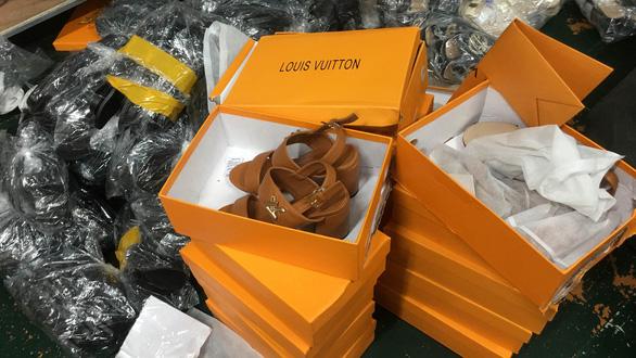 Hà Nội triệt phá kho hàng hơn 3.000 đôi giày dép giả hiệu Gucci, Adidas, Dior - Ảnh 2.