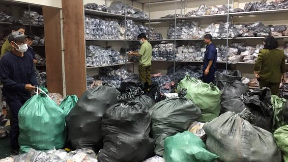 Hà Nội triệt phá kho hàng hơn 3.000 đôi giày dép giả hiệu Gucci, Adidas, Dior - Ảnh 1.