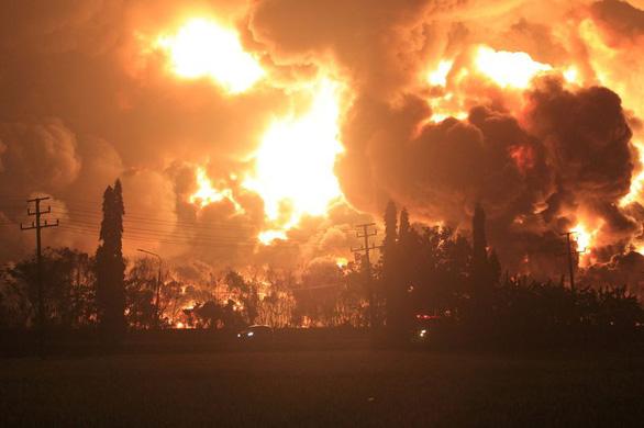 Cháy lớn nhà máy lọc dầu, Indonesia sơ tán gần 1.000 người - Ảnh 1.