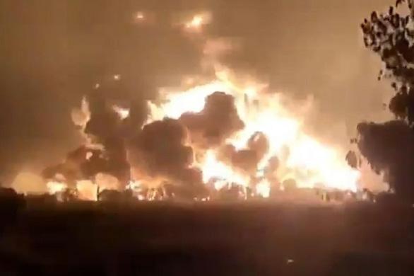 Cháy lớn nhà máy lọc dầu, Indonesia sơ tán gần 1.000 người - Ảnh 4.