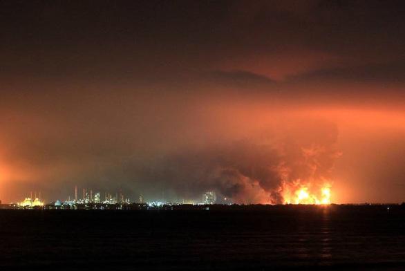 Cháy lớn nhà máy lọc dầu, Indonesia sơ tán gần 1.000 người - Ảnh 2.