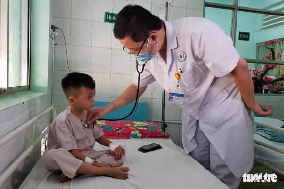 Uống lọ thuốc giống siro, 1 bé trai 8 tuổi tử vong - Ảnh 1.