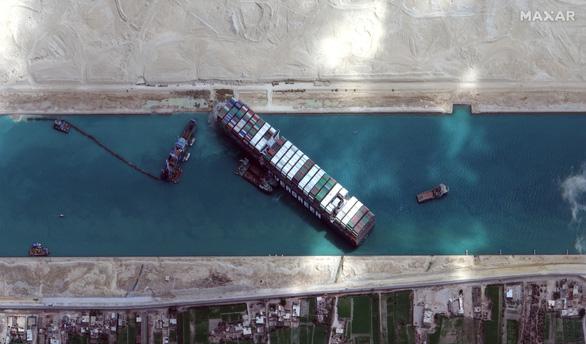 Kênh đào Suez bị bịt kín ngày thứ 6, gần 370 tàu đang đợi con tàu mắc kẹt động đậy - Ảnh 1.