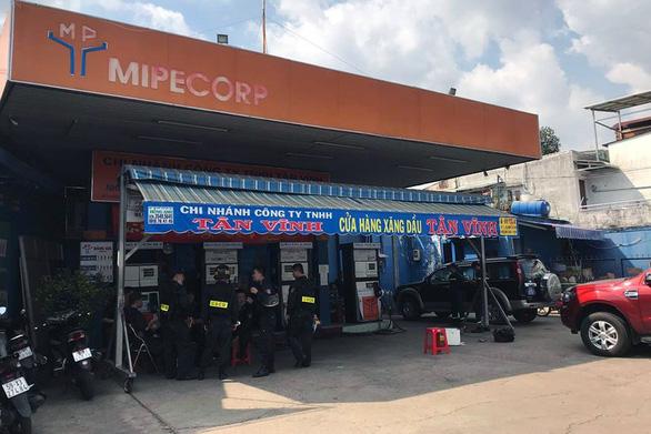 Vụ 2,7 triệu lít xăng giả: Thêm 6 trạm xăng dầu ở TP.HCM và Long An bị khám xét - Ảnh 1.