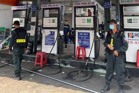 Vụ 2,7 triệu lít xăng giả: Thêm 6 trạm xăng dầu ở TP.HCM và Long An bị khám xét - Ảnh 2.