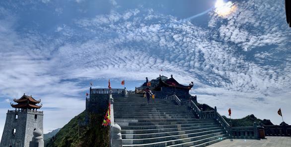 Phật tử bốn phương hành trình bái Phật trên đỉnh Fansipan - Ảnh 4.