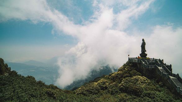 Phật tử bốn phương hành trình bái Phật trên đỉnh Fansipan - Ảnh 7.