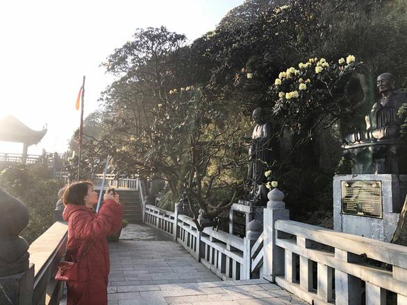 Phật tử bốn phương hành trình bái Phật trên đỉnh Fansipan - Ảnh 8.