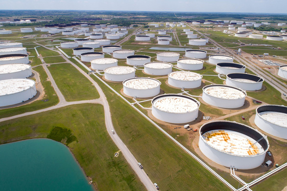 Giá dầu thế giới tăng mạnh, vàng giảm giá - Ảnh 1.