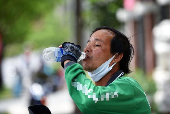 Nắng nóng bao phủ Nam Bộ, TP.HCM đối mặt đợt nóng gay gắt dài 4 ngày - Ảnh 1.