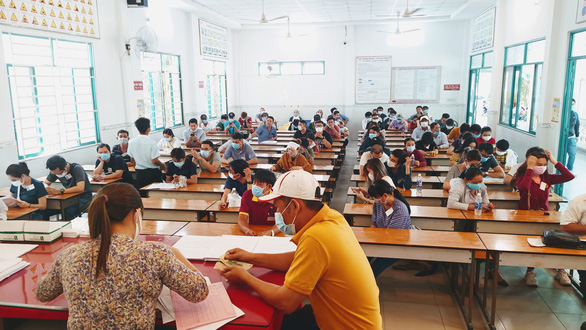 Hàng ngàn người thi giấy phép lái xe sau dịch COVID-19 tại TP.HCM - Ảnh 1.