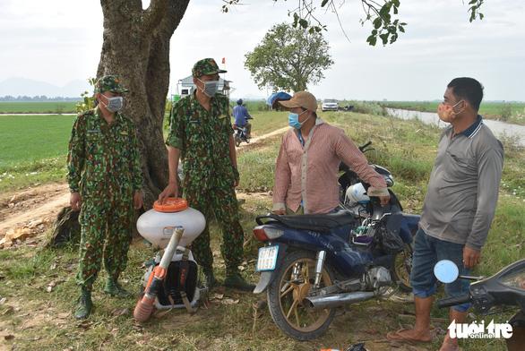Người lính quân hàm xanh căng mình nơi biên giới Tây Nam cho dân yên giữa đại dịch - Ảnh 1.