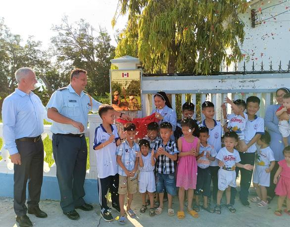Đại sứ quán Canada khánh thành con đường làm cho 60 trẻ mồ côi - Ảnh 1.