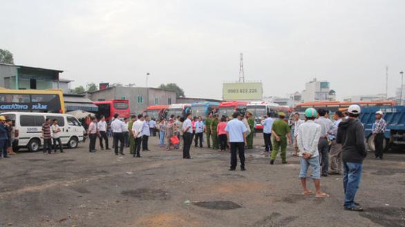 Sẽ cưỡng chế bãi xe lấn chiếm sông Bình Triệu gần bến xe Miền Đông - Ảnh 1.