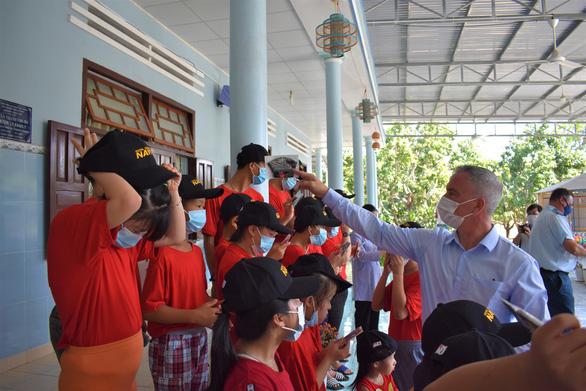 Đại sứ quán Canada khánh thành con đường làm cho 60 trẻ mồ côi - Ảnh 3.
