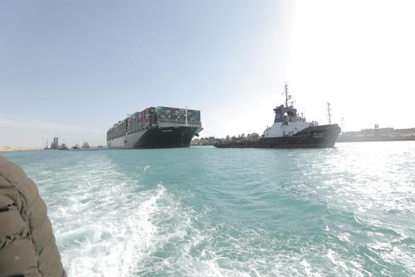 Siêu tàu Ever Given được giải cứu, hơn 100 tàu đầu tiên đã qua kênh đào Suez - Ảnh 1.