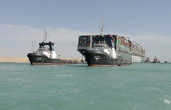 Tàu Ever Given lướt sóng trên kênh đào Suez sau khi được giải cứu - Ảnh 10.