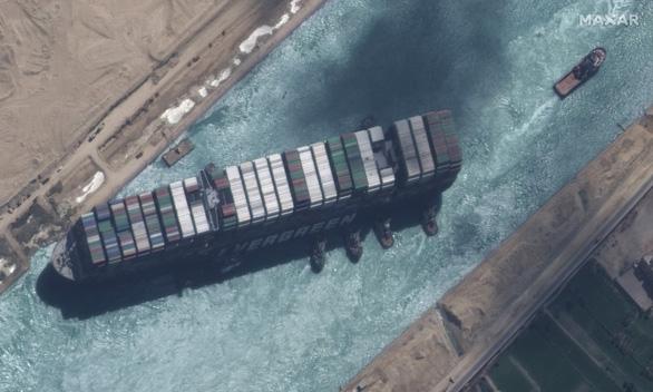 Tàu Ever Given lướt sóng trên kênh đào Suez sau khi được giải cứu - Ảnh 9.