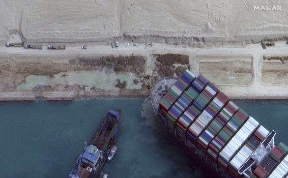 Tàu Ever Given lướt sóng trên kênh đào Suez sau khi được giải cứu - Ảnh 8.