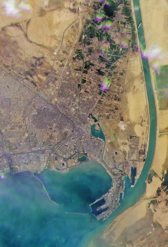 Tàu Ever Given lướt sóng trên kênh đào Suez sau khi được giải cứu - Ảnh 4.