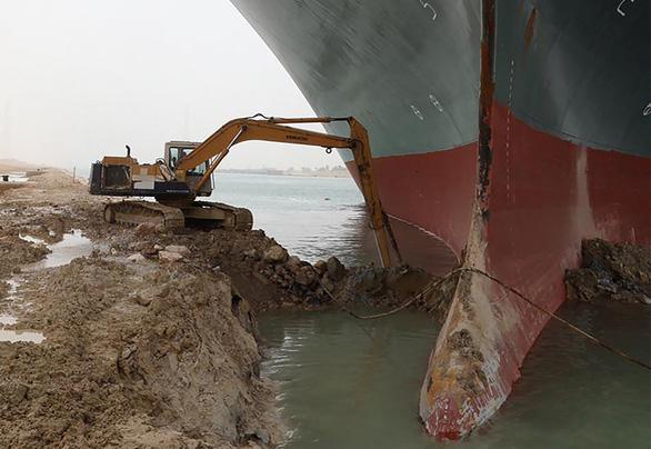 Tàu Ever Given lướt sóng trên kênh đào Suez sau khi được giải cứu - Ảnh 5.