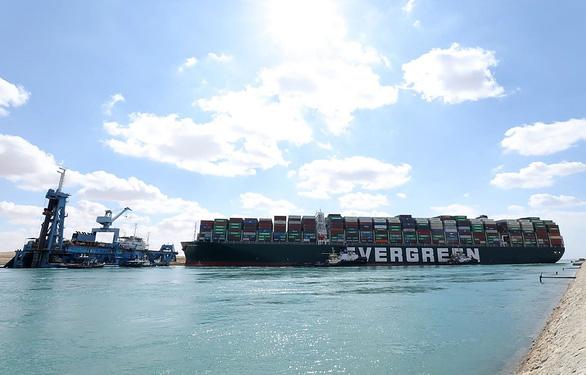 Tàu Ever Given lướt sóng trên kênh đào Suez sau khi được giải cứu - Ảnh 6.