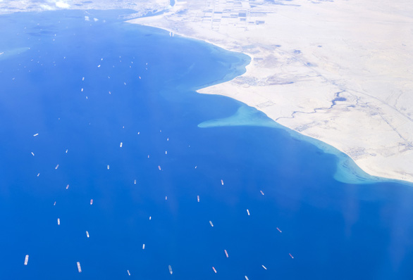 Tàu Ever Given lướt sóng trên kênh đào Suez sau khi được giải cứu - Ảnh 7.