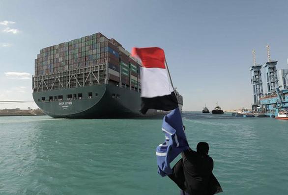 Tàu Ever Given lướt sóng trên kênh đào Suez sau khi được giải cứu - Ảnh 2.