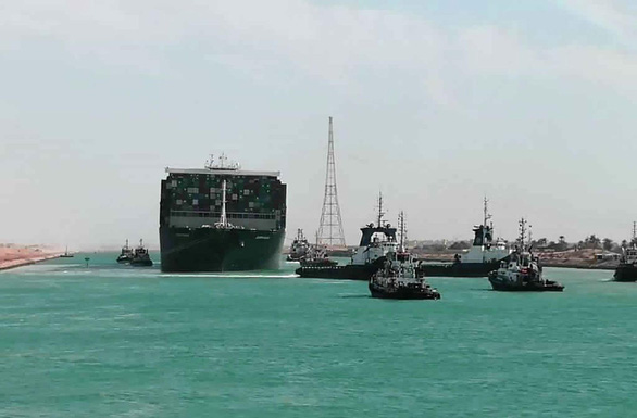 Tàu Ever Given lướt sóng trên kênh đào Suez sau khi được giải cứu - Ảnh 11.