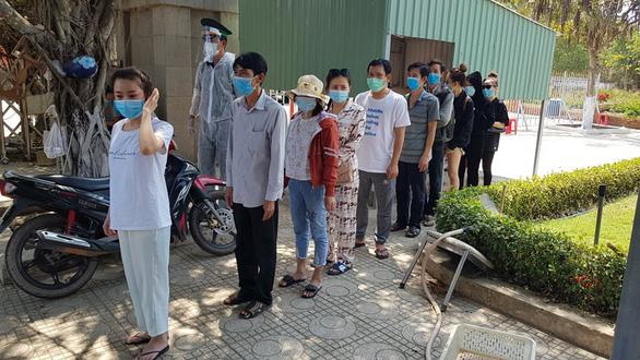 6 người Việt điều trị khỏi COVID-19 ở Campuchia được đưa về nước - Ảnh 2.