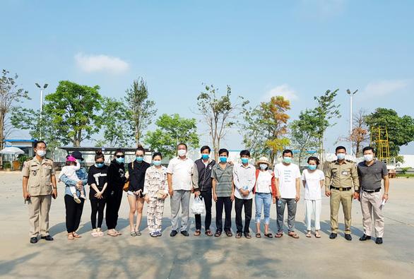 6 người Việt điều trị khỏi COVID-19 ở Campuchia được đưa về nước - Ảnh 1.