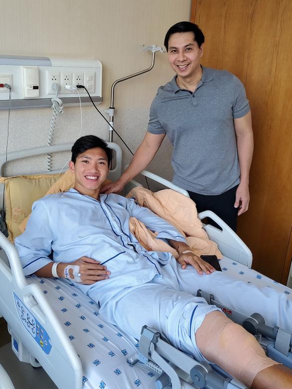 Bác sĩ mát tay chữa chấn thương cho cầu thủ - Ảnh 2.
