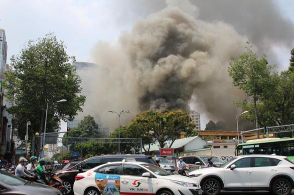 Cháy tại trung tâm quận 1, sơ tán toàn bộ học sinh Trường Ernst Thalmann - Ảnh 1.