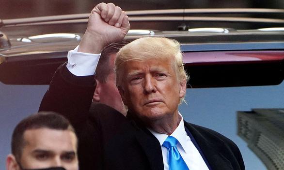 Hai cảnh sát Mỹ đòi ông Trump bồi thường mỗi người 75.000 USD - Ảnh 1.