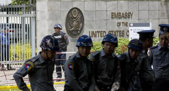 Mỹ rút nhân viên ngoại giao khỏi Myanmar, Nhật ngừng viện trợ - Ảnh 1.