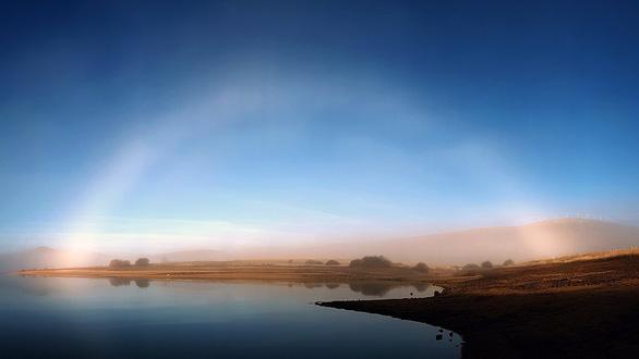 Lạ lùng 'cầu vồng ma' xuất hiện trên bầu trời xanh - Ảnh 3.